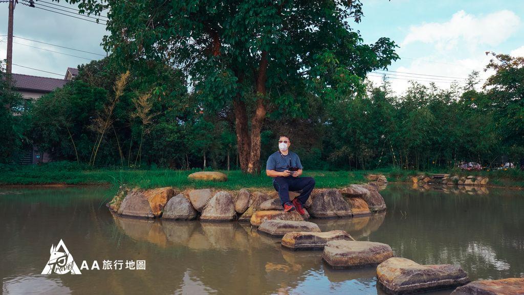 三芝田心子ace坐在湖中小島飛無人機
