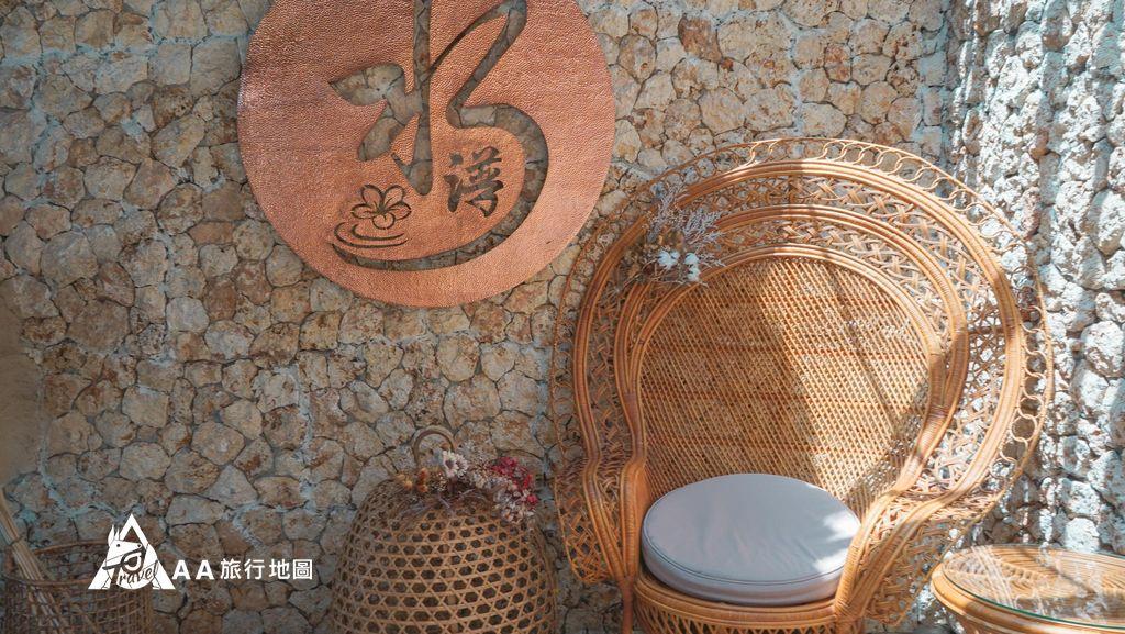 水灣餐廳榕堤一進門的走道就有這樣的一張椅子,不過是拿來拍照的不是拿來坐的
