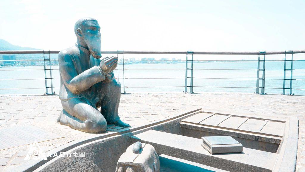 水灣餐廳榕堤原來是馬偕傳教士,這邊是為了紀念當初上船的地方