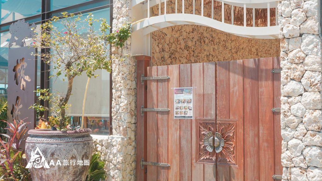 水灣餐廳榕堤門口看起來就很適合拍網美照,當天來很多人都早早在門口排隊了