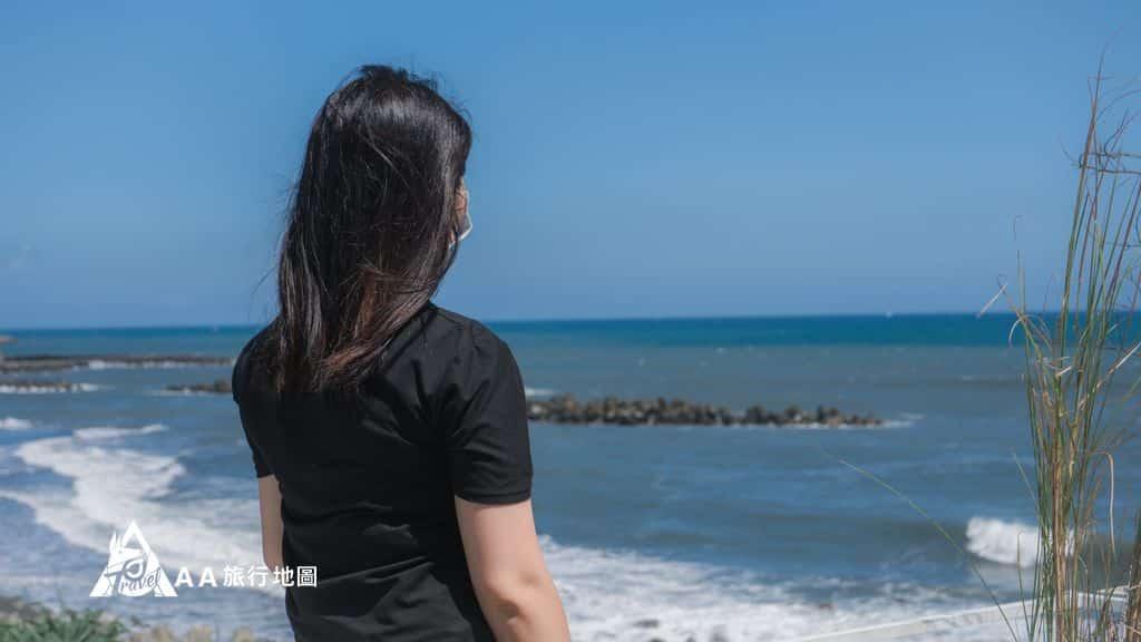 滿山望海看著海的背影