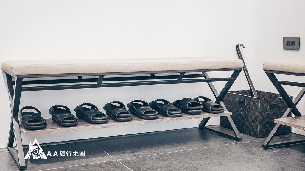 衡定理旅宿一進門就可以看到有座位以及鞋子供使用