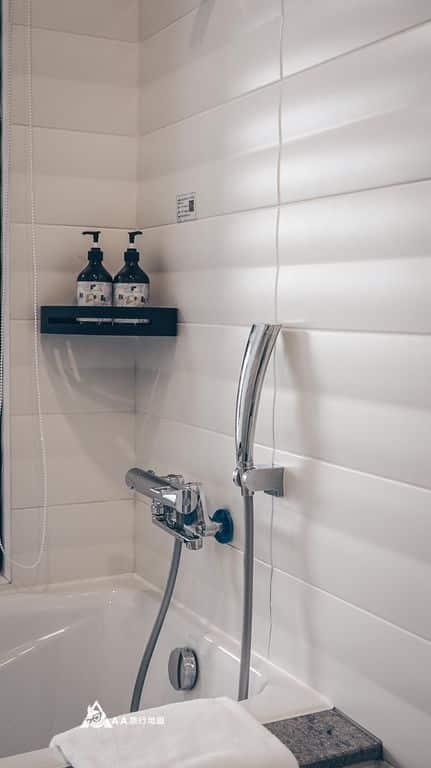 衡定理旅宿四人房裡面有浴缸可以泡澡,比較適合一個人的大小