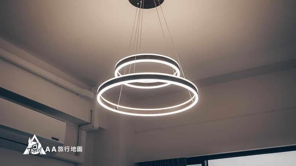 衡定理旅宿房間內的吊燈,蠻特別的,聽說這款燈可以自己調角度