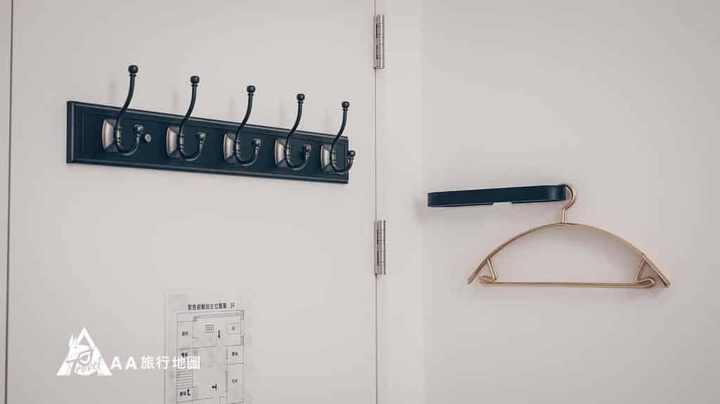 衡定理旅宿衣架還有吊衣桿在門口