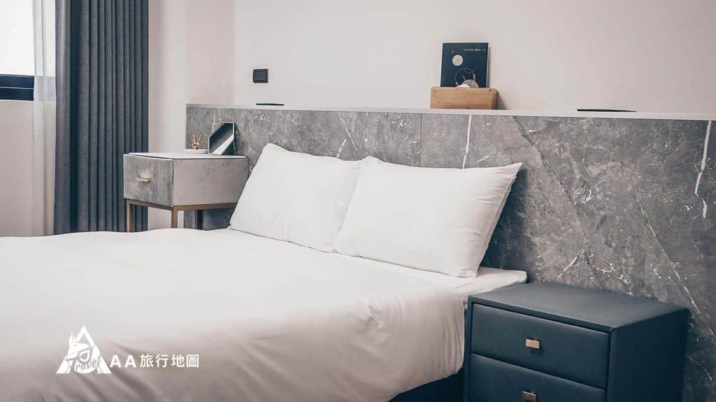 衡定理旅宿這就是我們今天住的雙人房,空間不算擠,床的兩側都有留空間
