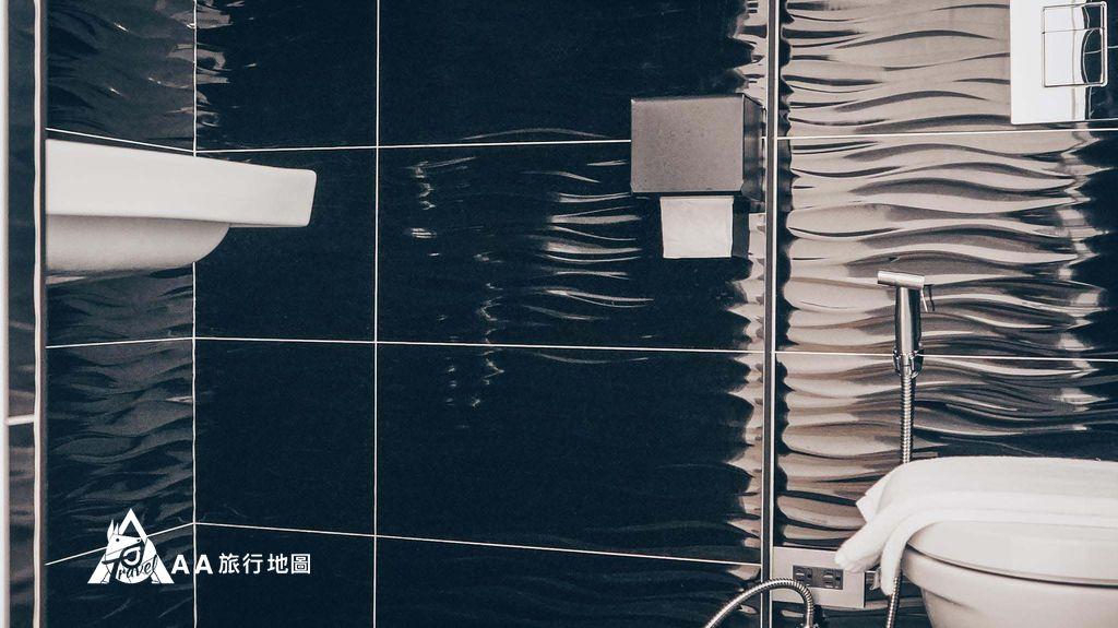 衡定理旅宿這是我們晚上住的雙人房的廁所,走的是黑金的 風格