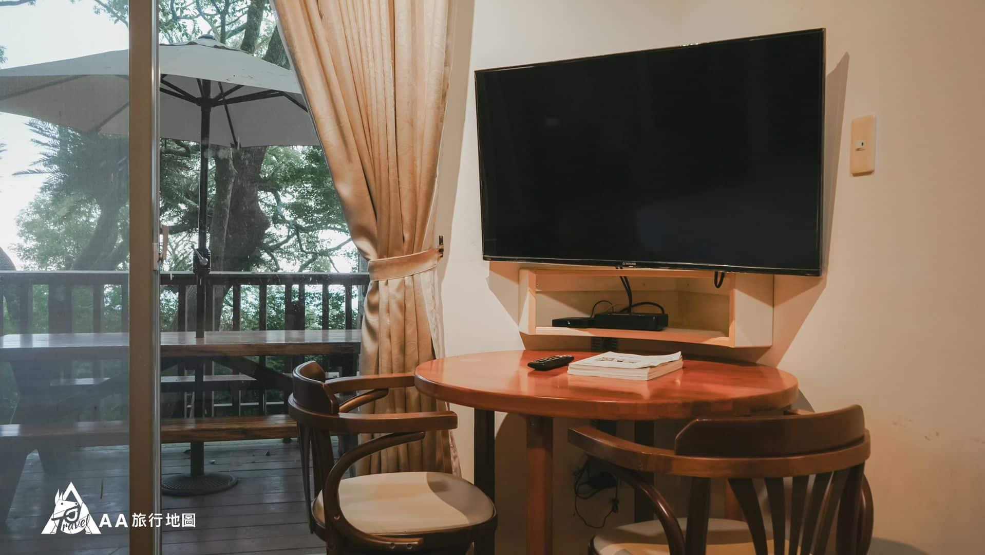 鳳凰亭序 房間有一個小圓桌,如果喜歡在室內坐著聊天也有地方