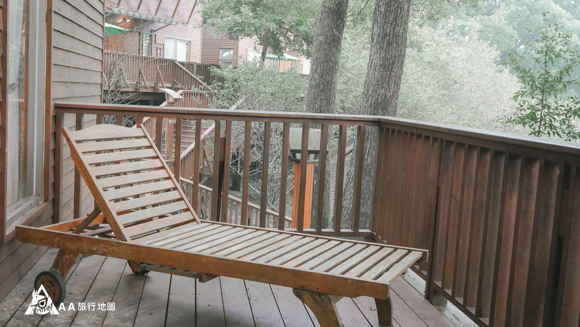 鳳凰亭序 每個小木屋外面都有一張木製躺椅,拿杯飲料躺著看景多麼的愜意