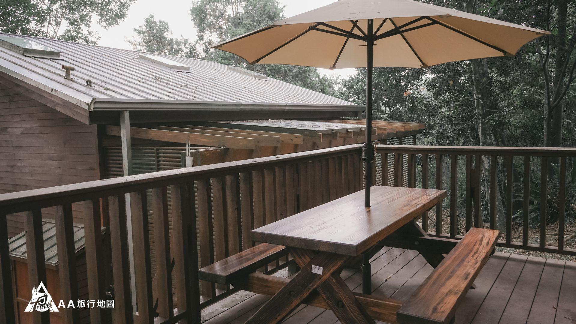 鳳凰亭序 陽台外面的小桌子也很適合三五好友晚上坐著喝酒聊天
