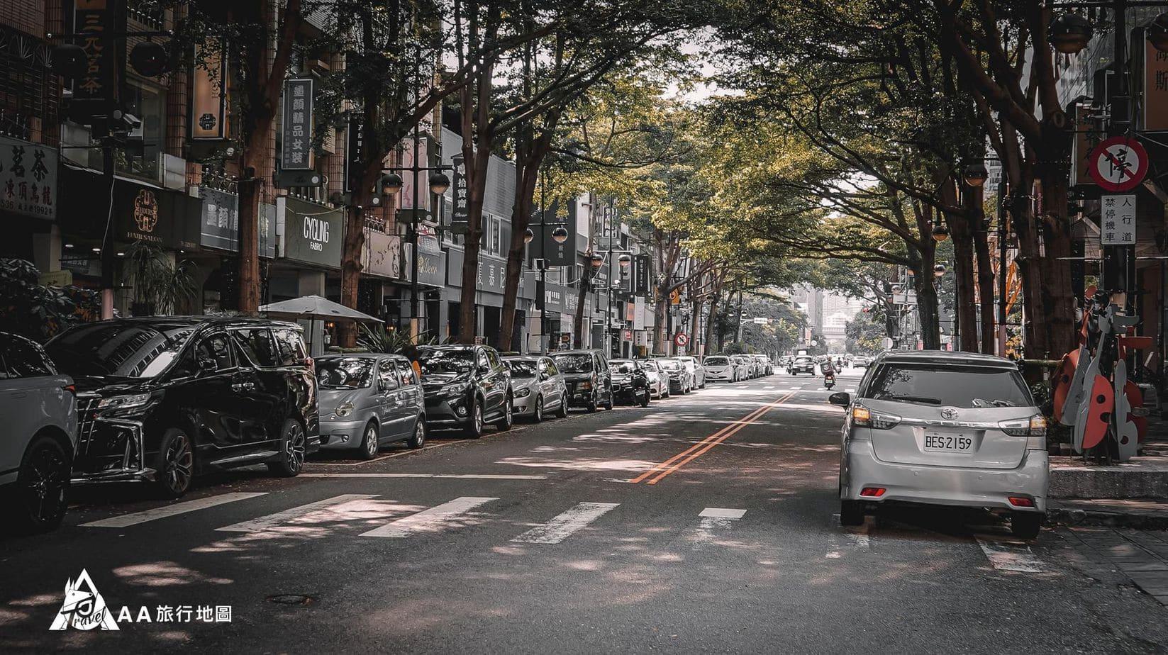 HomeComing 旁邊的馬路有停車位,如果停滿了附近也有停車場喲