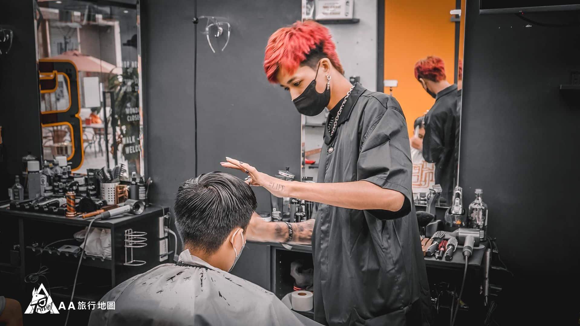 HomeComing 理髮師ryan在服務另一位客人