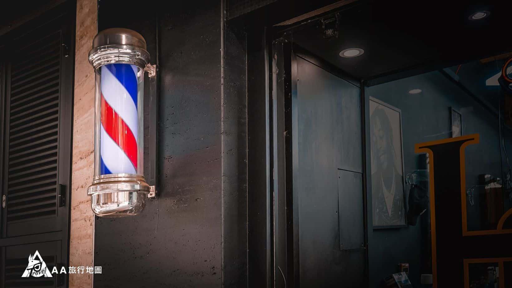 HomeComing 門口的霓紅燈很可愛,超復古的