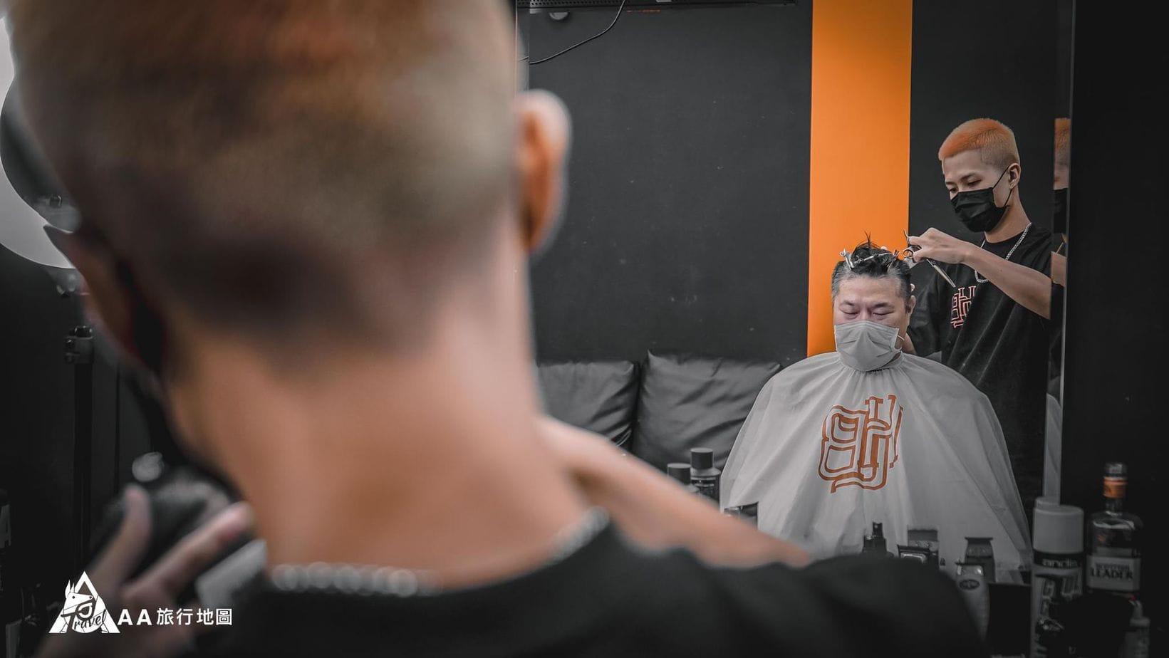 HomeComing ACE很享受理髮師的服務,舒服到都打盹了