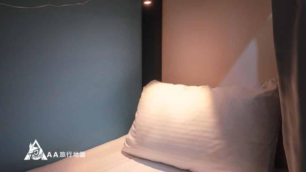 TAIPEIYES背包房也有提供每個人專屬的夜讀燈