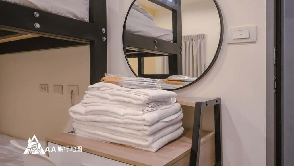 TAIPEIYES雙人和四人房都備有化妝台以及備品